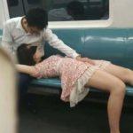 【スマホ動画】電車内でSEXを始めたカップル。一部始終を撮影されて世界中に晒される