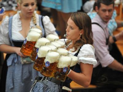 【羞恥!】ドイツ人美少女さん、ビール祭りで酔った客に公衆の面前で手マンされまくるwwww